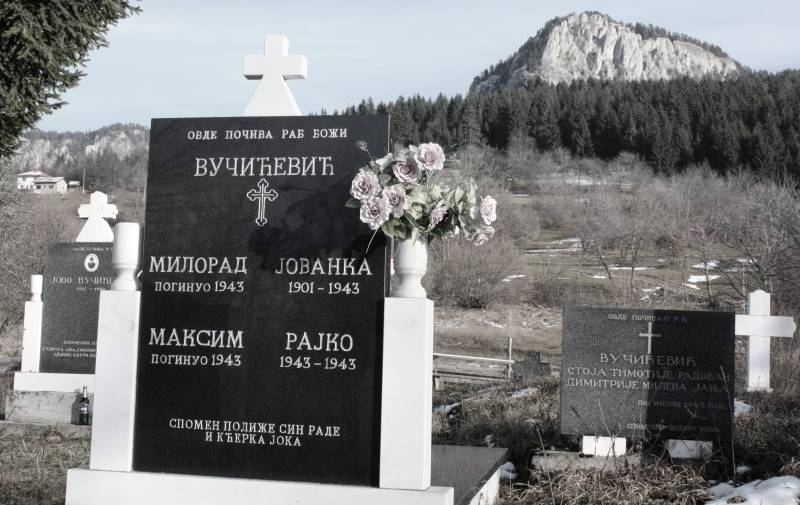 Joka i Rade podižu spomenik svojim nastradalim među kojima je i jednogodišnjiRajko