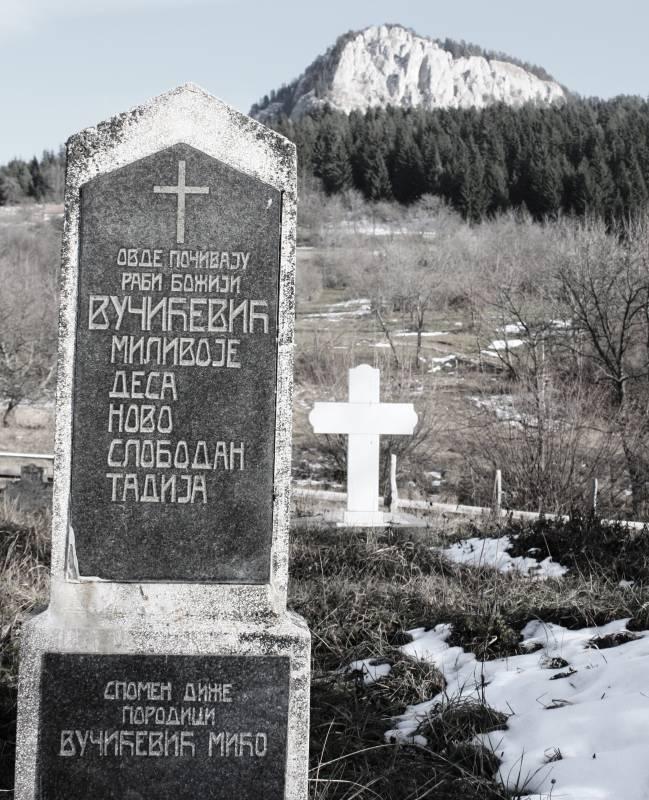 Spomenik nastradaloj porodici Miće Vučićevića - groblje Visočnik