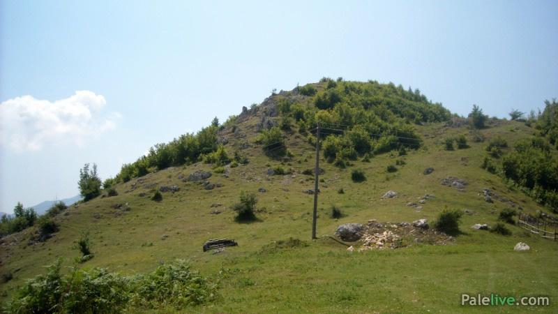 Mjesto na kome su rađena iskopavanja, iznad je Gradac