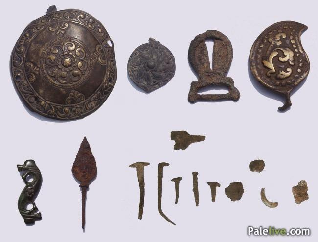 U gornjem redu su ukrašene toke. U donjem redu je jedna (najvjerovatnije) ilirska fibula, koja predstavlja dokaz da je Gradina korišćena i u ilirskom i rimskom periodu. Tu je jedan vrh strele iz perioda Pavlovića, kao i ostaci eksera i drugih predmeta