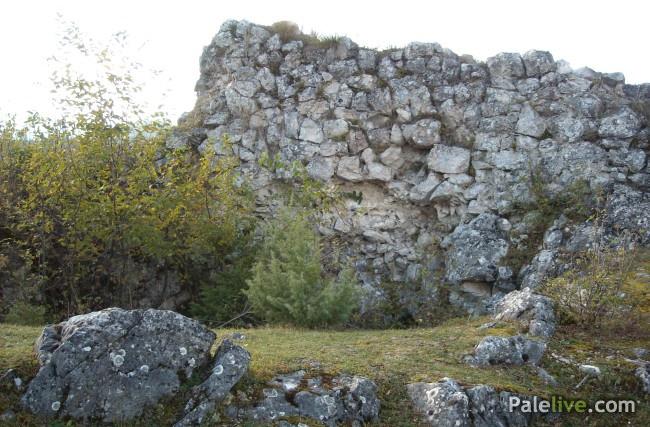 Ostaci prostorija u unutrašnjosti Gradine