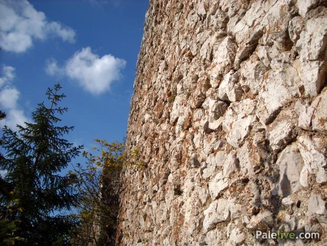 Zidovi Gradine su na nekim mjestima bili visoki i do 8 m