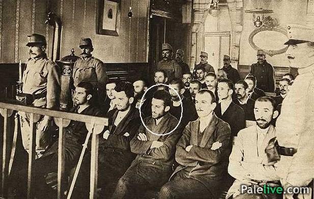 Na suđenju, u prvom redu sa lijeva na desno sjede: Nedeljko Čabrinović, Trifko Grabež, Gavrilo Princip, Danilo Ilić i Miško Jovanović