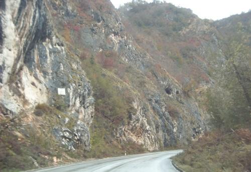 Stijena Skakavac, na njoj spomen ploča poginulom alpinisti, više nje male pećine. Možda ulaz u Popovu pećinu!?