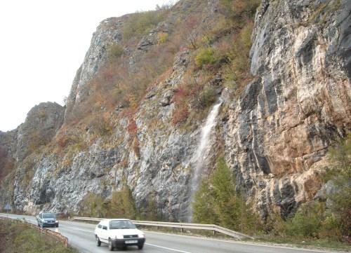 Vodopad Skakavac, uzvodno od stijene.