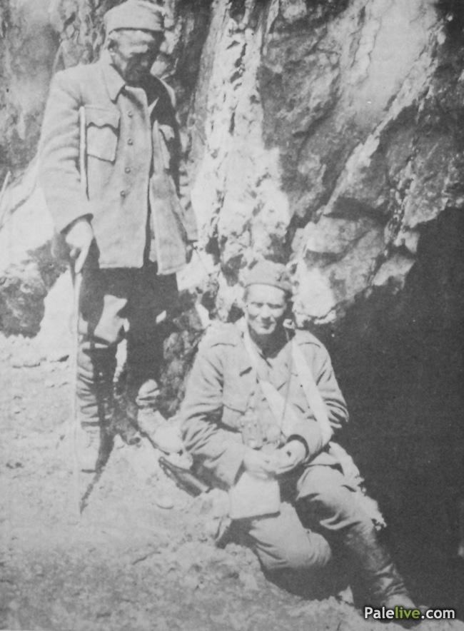 Tito i Ivan Ribar pred pećinom u Bogovićima