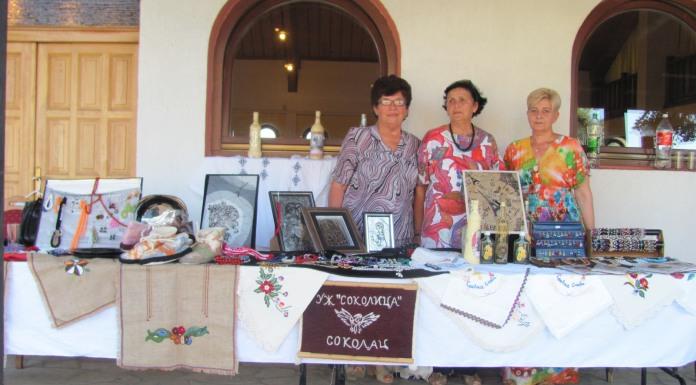 U porti hrama otvorena izložba ručnih radova