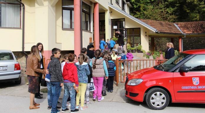 Učenici i predstavnici Crvenog krsta posjetili Dom za stara lica