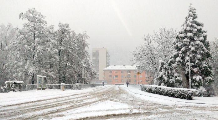 Snijeg oštetio dalekovode i usporio saobraćaj