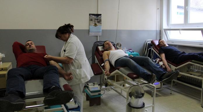 Deset vatrogasaca darovalo krv