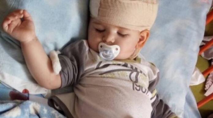 Jednogodišnji Aleksandar dobro podnosi terapiju u Njemačkoj