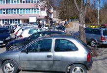 Nedovoljan parking ispred bolnice veliki problem