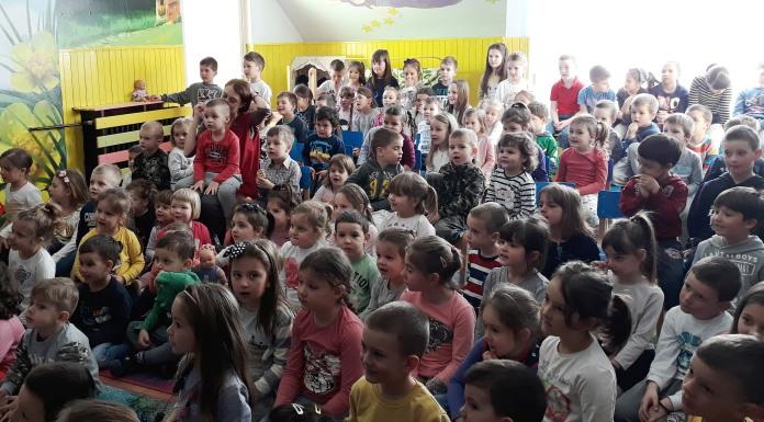 Vaspitači odigrali lutkarsku predstavu za djecu