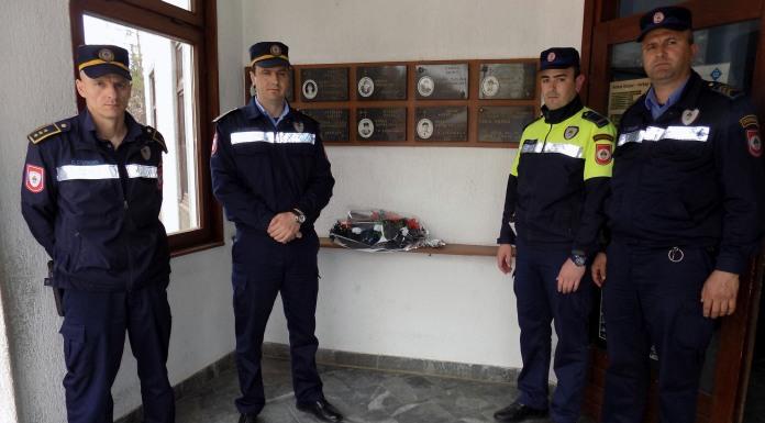 Položeno cvijeće na spomen-ploču poginulim policajcima