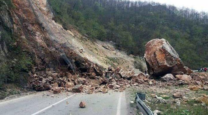 """Ekipe """"Srbinjeputeva"""" čiste odron na putu Foča - Sarajevo"""