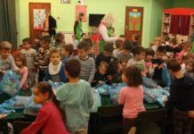 """Načelnik opštine uručio poklon-pakete djeci iz obdaništa """"Neven"""""""